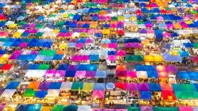 La vue supérieure colore le plein marché de week-end Photos stock