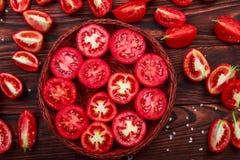 La vue supérieure d'un bol de tomates a coupé dans les morceaux sur un fond de table Beaucoup de tranches rouges de tomate Image libre de droits