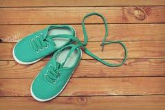 La vue supérieure d'une paire de chaussures avec le coeur de fabrication de dentelles forment courtisent dessus Photographie stock libre de droits