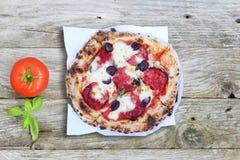 pizza rustique de salami avec du fromage et le chorizo de cheddar image stock image du pizza. Black Bedroom Furniture Sets. Home Design Ideas