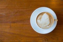 La vue supérieure d'une tasse de café chaud a mis dessus le vieux backgrou en bois de table Photo stock
