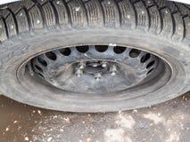 La vue supérieure de attaché a utilisé le pneu clouté d'hiver photo stock