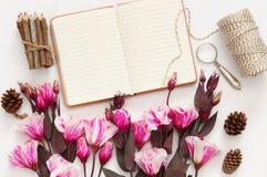 La vue supérieure de belles fleurs et ouvrent le carnet vide Image libre de droits
