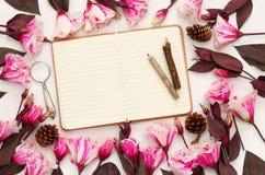 La vue supérieure de belles fleurs et ouvrent le carnet vide Photographie stock libre de droits