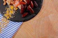 La vue supérieure de la date rouge foncé porte des fruits d'un plat Fruits sains et casse-croûte de plaisir turc sur un fond de t Photo stock