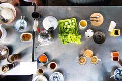 La vue supérieure de la famille ont plaisir à manger le petit déjeuner de Dim Sum ensemble photographie stock