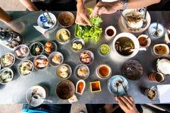La vue supérieure de la famille ont plaisir à manger le petit déjeuner de Dim Sum ensemble image stock