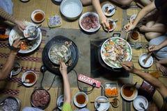 La vue supérieure de la famille ont plaisir à manger Shabu et Brabecue ensemble photographie stock libre de droits