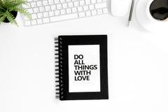 La vue supérieure de font tout des choses avec la citation de motivation d'amour, la souris d'ordinateur et le clavier Image libre de droits