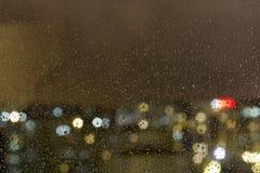 La vue supérieure de la goutte de pluie est tombée sur la fenêtre photographie stock libre de droits