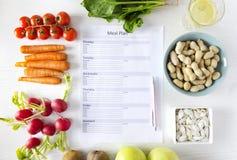 La vue supérieure de l'échantillon de plan de repas a entouré par les marchandises organiques et saines fraîches Concept de la co photo libre de droits