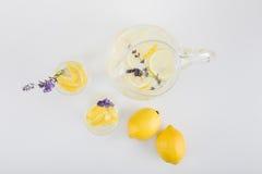 La vue supérieure de l'agrume frais boit avec des fleurs de lavande dans les verres et le pot Photographie stock