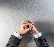 La vue supérieure de l'homme d'affaires commandé anonyme remet exprimer la réflexion ou la patience image libre de droits