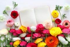 La vue supérieure de la belle disposition de fleurs et ouvrent le carnet enpty Photographie stock libre de droits