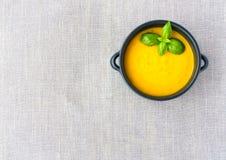 La vue supérieure de la cuvette a rempli de soupe à courge de Butternut Image stock