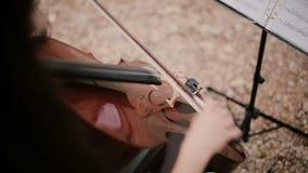 La vue supérieure de la femme joue le violoncelle Jeune violoncelliste reposant et jouant le violoncelle banque de vidéos