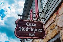 La vue supérieure de la maison Rodriguez signent dans la rue de St George à la côte historique de la Floride photos stock