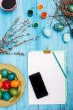 La vue supérieure de Pâques sur le lieu de travail en bois de bureau de table Photographie stock libre de droits