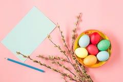 La vue supérieure de Pâques sur le lieu de travail rose de bureau de table Photos libres de droits