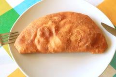 La vue supérieure de la pâtisserie bourrée savoureuse chilienne ou de l'Empanadas a rempli de crevettes servies du plat blanc image libre de droits