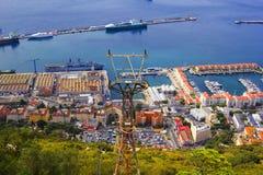 La vue supérieure de paysage de fond des piliers, les bateaux et la ville du haut du Gibraltar basculent Photos stock