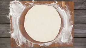 La vue supérieure de la pizza végétarienne du plat en bois sur la table, arrêtent l'animation de mouvement banque de vidéos