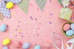 La vue supérieure de Tableau a tiré de la décoration Joyeuses Pâques de disposition photo stock