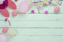 La vue supérieure de Tableau a tiré du concept heureux de fond de vacances de Pâques de décoration Oeufs pondus plats de lapin de photo stock