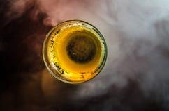 La vue supérieure de la tasse en verre de liquide sur la table, se ferment  Images libres de droits
