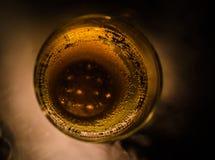La vue supérieure de la tasse en verre de liquide sur la table, se ferment  Image libre de droits