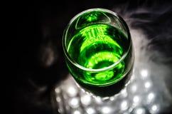 La vue supérieure de la tasse en verre de liquide sur la table, se ferment  Photos libres de droits