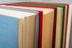 La vue supérieure de vieux livre cartonné coloré utilisé réserve De nouveau à l'école Photo libre de droits