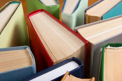 La vue supérieure de vieux livre cartonné coloré utilisé réserve De nouveau à l'école Photos libres de droits