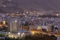 La vue supérieure de la ville et de la nuit s'allume, Chiraz, Iran photographie stock