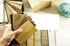 La vue supérieure des architectes et des mains de dessinateurs d'intérieurs conçoivent au choo photos stock