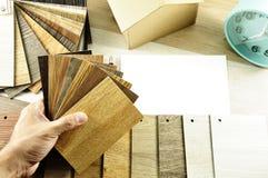 La vue supérieure des architectes et des mains de dessinateurs d'intérieurs conçoivent au choo Image stock