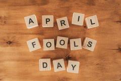la vue supérieure des cubes en bois disposés dupe en avril le lettrage de jour sur le dessus de table en bois, le 1er avril images libres de droits