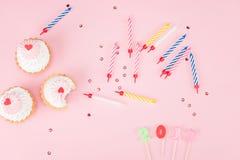 La vue supérieure des gâteaux, les bougies colorées et 2017 se connectent le rose Image libre de droits