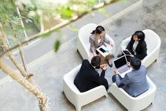 La vue supérieure des gens d'affaires discutent au secteur extérieur Image stock