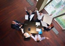La vue supérieure des gens d'affaires groupent des dociments de lancement en air Photos stock