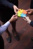 La vue supérieure des gens d'affaires groupent le puzzle denteux se réunissant Image stock