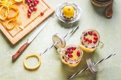 La vue supérieure des graines de chia de detox boivent la préparation avec la tranche, le jus de citron et les canneberges orange photos stock