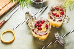 La vue supérieure des graines saines de chia de detox arrosent des boissons avec la tranche, le jus de citron et les canneberges  photographie stock