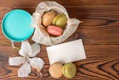 La vue supérieure des macarons colorés durcissent dans le boîte-cadeau, blanc vide, Photo stock