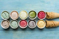 La vue supérieure des saveurs de crème glacée dans la tasse et le cornet de crème glacée waffle image libre de droits