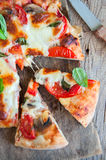 La vue supérieure des tranches de pizza avec des tomates répand Photo stock