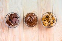 La vue supérieure du cacao a écarté avec des biscuits et des morceaux de chocolat Photo stock