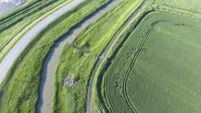 La vue supérieure du champ de blé et du canal du système d'irrigation Tir d'un bourdon Image stock