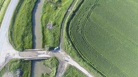 La vue supérieure du champ de blé et du canal du système d'irrigation Tir d'un bourdon Images libres de droits
