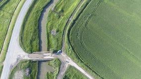 La vue supérieure du champ de blé et du canal du système d'irrigation Tir d'un bourdon Photos libres de droits